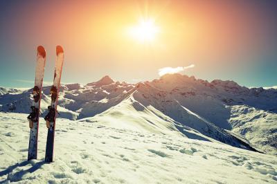 Narty w śniegu w górach