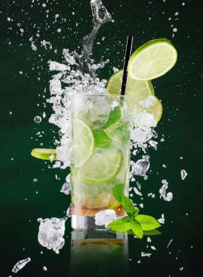 Obraz Fresh mojito drink with liquid splash and crushed ice in freeze motion
