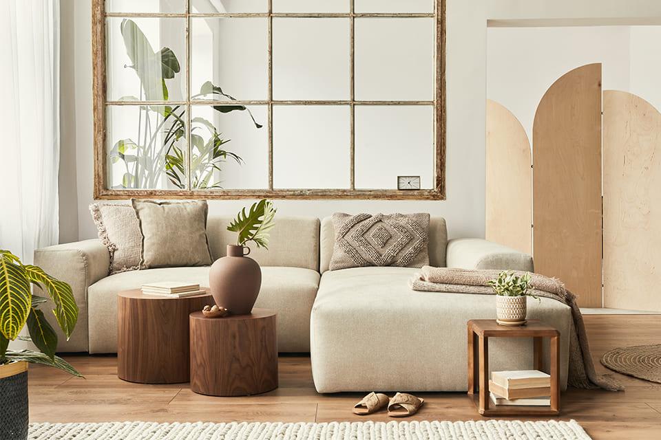Beżowy salon i drewniane dekoracje