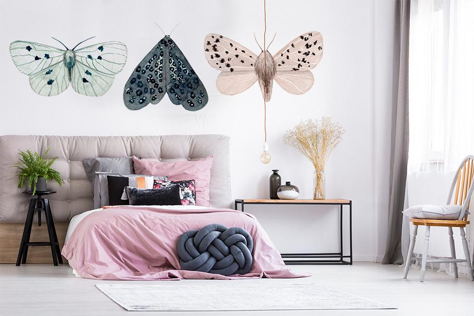 Jeżeli chcesz zapełnić przestrzeń nad sofą lub łóżkiem to postaw na kolorową naklejkę
