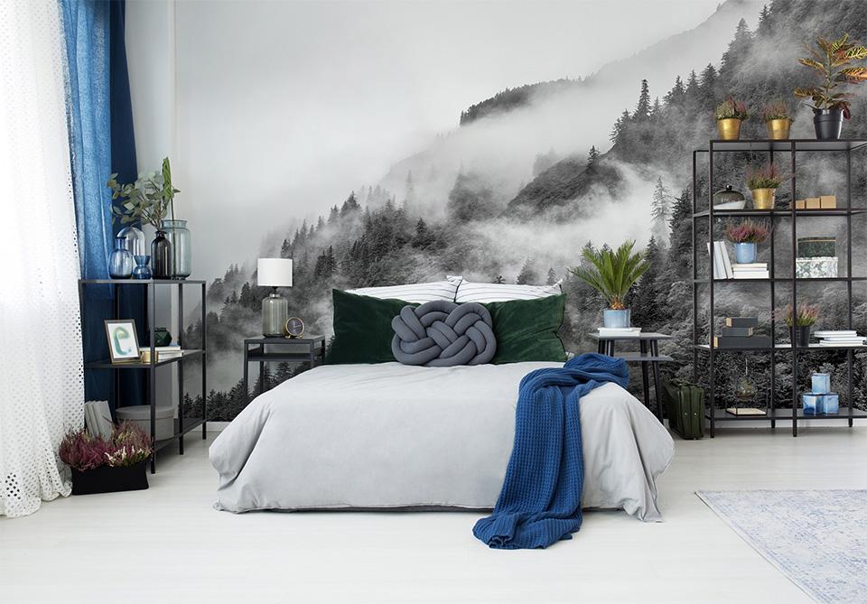 Wystrój sypialni z czarno-białym motywem dekoracji ściennej