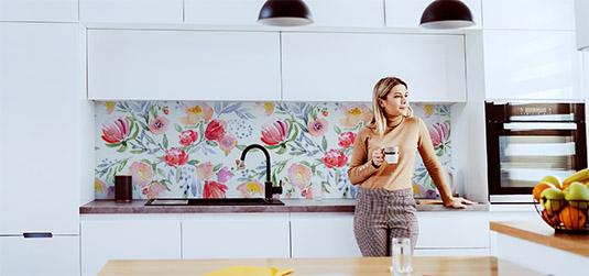 Co położyć na ścianę w kuchni między szafkami? Ranking 10 tapet od Redro