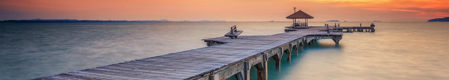 Fototapeta drewniany most o zachodzie słońca