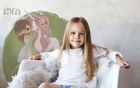 Naklejka do pokoju dziecka - jednorożec i dziewczynka