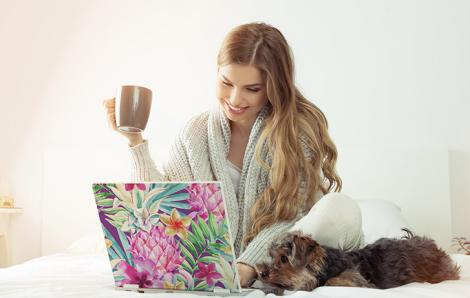Naklejka z ananasem na laptopa