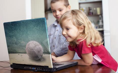 Naklejka z piłką na laptopa