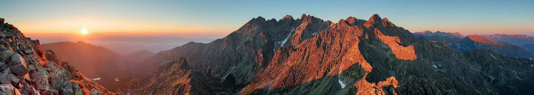 Plakat góry o zachodzie słońca