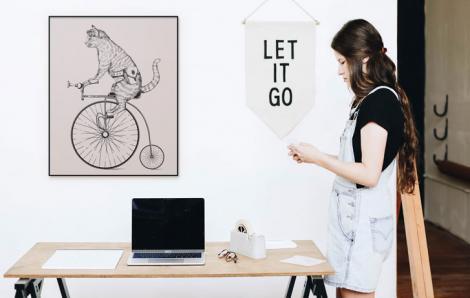 Plakat retro – kot na rowerze