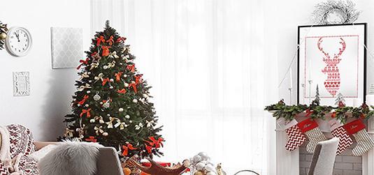 Jak ozdobić dom na Święta? Czerwone akcenty i lampki to podstawa!